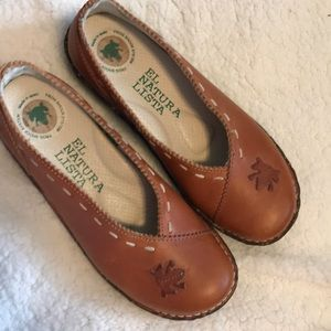 Like new El Natura Lista brown shoe with frogs